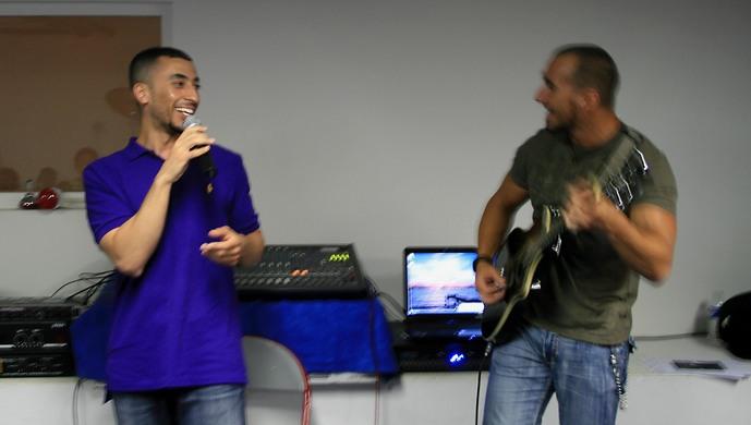 Kareem Salama et son guitariste Aristote, lors d'une rencontre le 15 juillet dernier avec des jeunes d'une association musicale à Meaux (Seine-et-Marne) (Photo : Anissa Ammoura / Saphirnews)