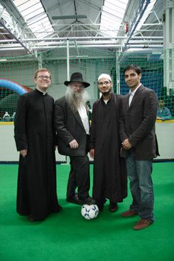 Prêtre, rabbin et imam lors du tournoi intercultuel, en compagnie de Salman Butt, célébrité locale de cricket