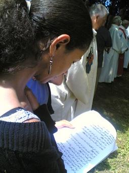 Hind, une jeune femme musulmane et marocaine, en pleine lecture de la sourate 18 lors de la descente à la fontaine pour le pélerinage 2005