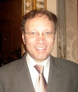 En plus d'une formation philosophique et théologique, Ghaleb Bencheikh est aussi physicien.