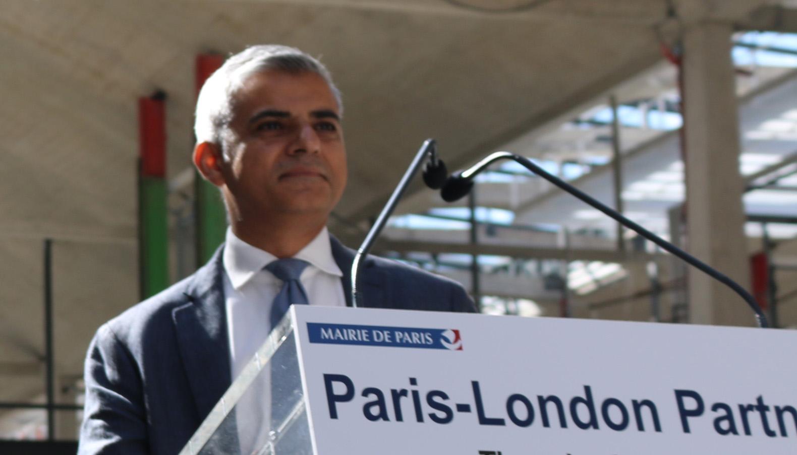 Le maire de Londres Sadiq Khan en visite à Paris, le 25 août 2016. © Saphirnews