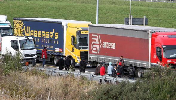 Commerçants et routiers bloquent les routes contre la « jungle » de Calais