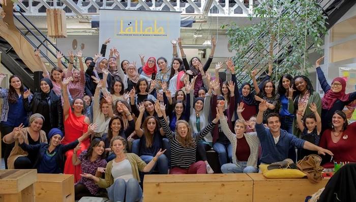 Déconstruire les préjugés sur les femmes musulmanes, le travail auquel s'est dédiée l'association Lallab, co-fondée par Sarah Zouak et Justine Devillaine, ici entourés de bénévoles et soutiens de leur initiative. © Lallab