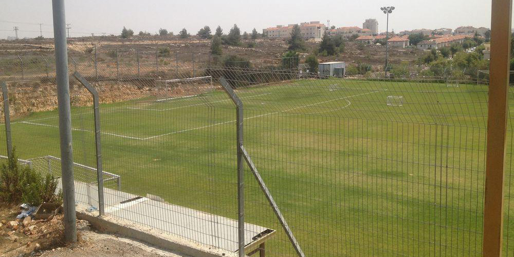 Terrain de football à Givat Ze'ev, une colonie israélienne en Cisjordanie ©HRW.