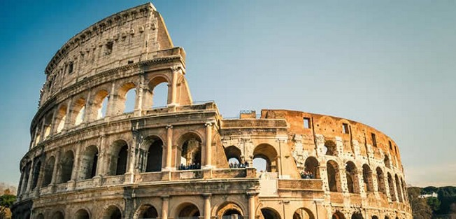 Devant le Colisée de Rome, des centaines de musulmans en prière pour manifester