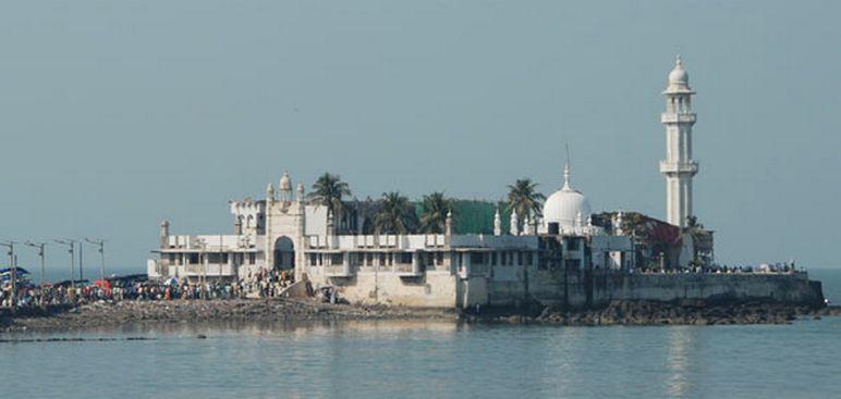 La mosquée Haji Ali Dargah, ici à l'image, est aujourd'hui ouverte aux femmes après cinq ans d'interdiction.