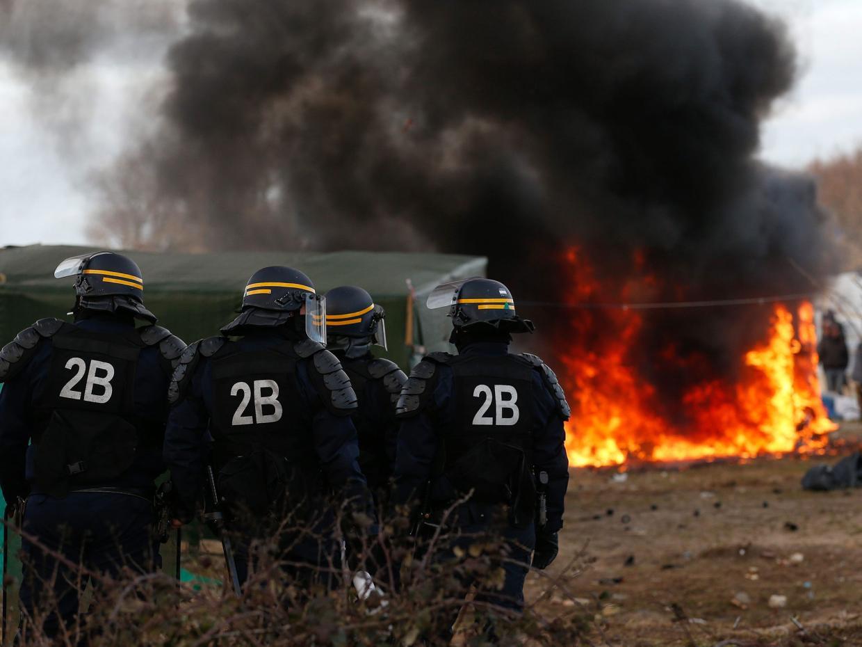 Demantèlement à Calais: entre incendies, coups de feu et tri au faciès