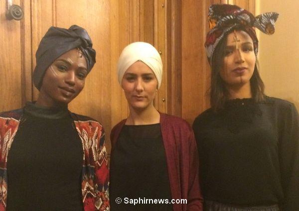 Mounira Abdi, la créatrice de la marque Niyya, entourée de deux mannequins, prêtes à participer au défilé de mode de My Foul'Art. © Saphirnews.com
