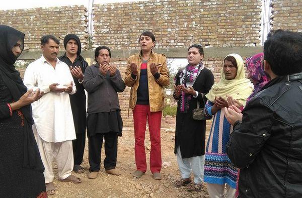 Une mosquée « LGBTQ-friendly » est en construction à Islamabad, au Pakistan. A l'image, un groupe de personnes transgenres priant sur le lieu du futur lieu de culte. © SAFAR