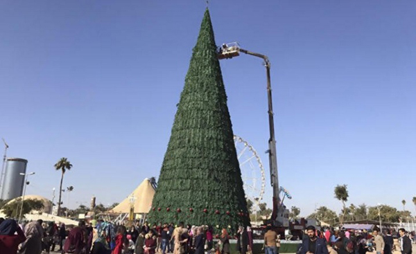 Un homme d'affaires musulman a érigé un sapin de Noël géant en solidarité aux chrétiens d'Irak.