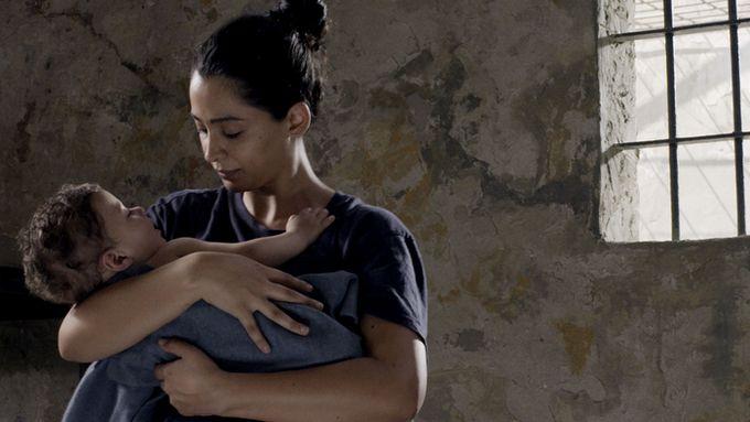 Layal, interprétée par Maisa Abd Elhadi, ici à l'image avec son fils né dans une prison en Israël © 3000 Nuits / JHR