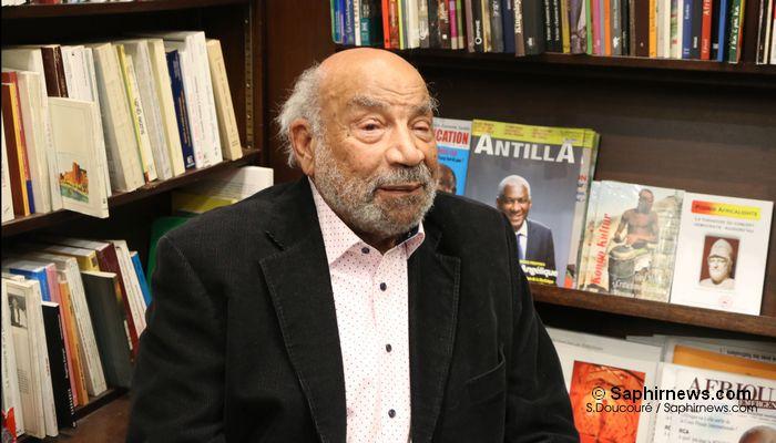 Theodor Michael Wonja, auteur de « Allemand et noir en plus ! », en séance de dédicace à la librairie Présence Africaine. © Saphirnews.com