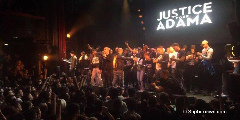 Le rappeur Sofiane sur la scène de la Cigale pour le concert Justice pour Adama.