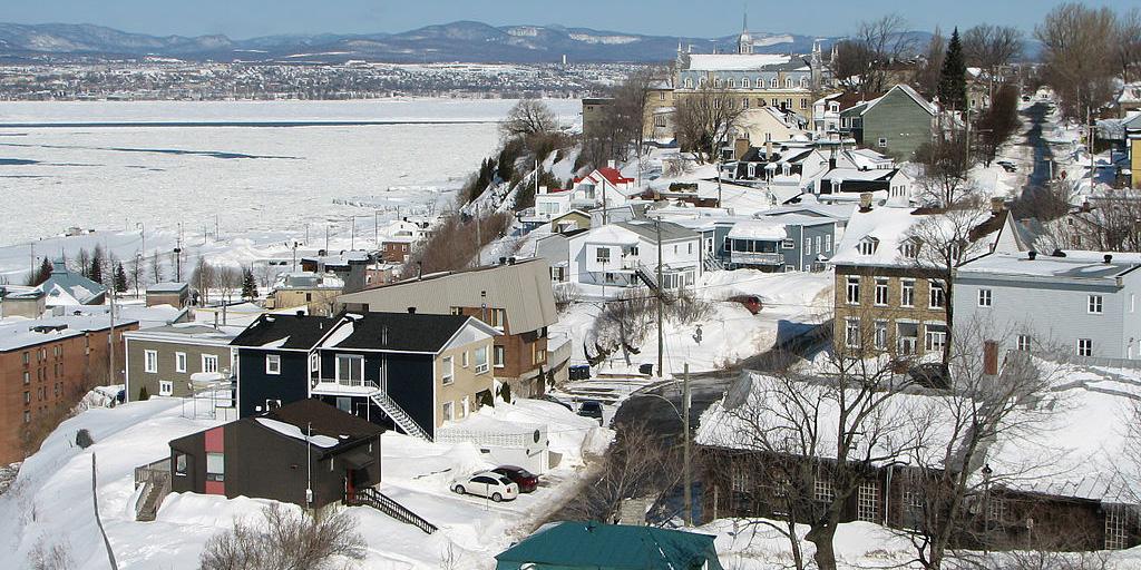 À droite, la ville de Lévis, sur le bord du fleuve Saint-Laurent. Au fond à gauche, la ville de Québec dans la Province de Québec au Canada. ©Bernard Gagnon.