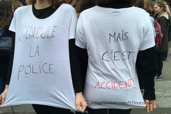 Des manifestantes devant le lycée Claude Monet, dans le 13e arrondissement de Paris.