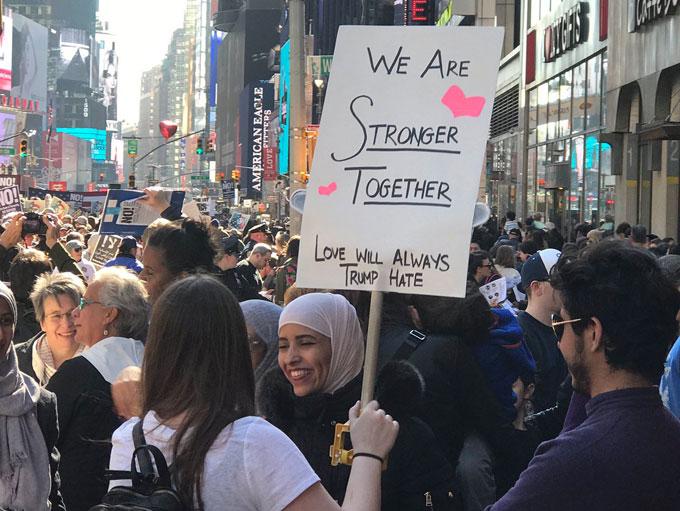 La marche #IAmAMuslimToo, protestant contre la politique anti-immigration de Donald Trump, a vu défiler plus d'un millier de manifestants dans les rues de New York, le 19 février. (photo ©imamuslimtoo)