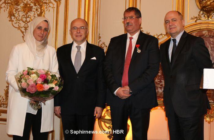 La Légion d'honneur a été remise à Anouar Kbibech lors d'une cérémonie organisée à Matignon fin février. De dr. à g.: le ministre de l'Intérieur Bruno Leroux, le président du CFCM Anouar Kbibech, le Premier ministre Bernard Cazeneuve, et l'épouse de M. Kbibech, Soumaya.