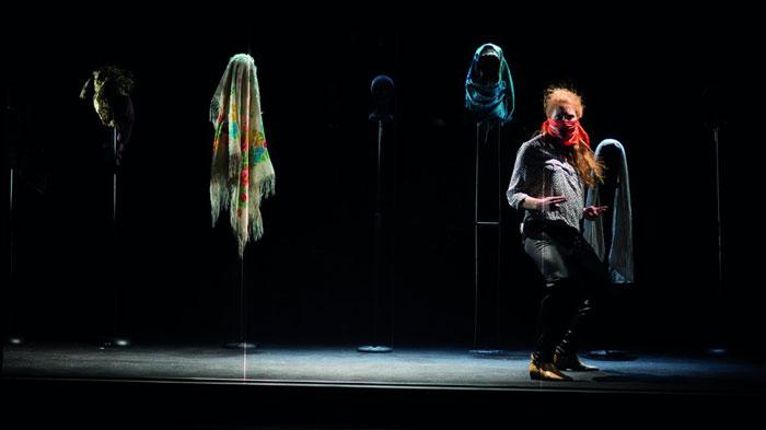 Scène de la pièce de théâtre « Ce qui nous regarde », de Myriam Marzouki, qui déconstruit le regard porté sur le corps des femmes, qui exige d'elles qu'elles se voilent ou se dévoilent, exigences qui sont les deux faces d'une même médaille. (photo © Vincent Arbelet)