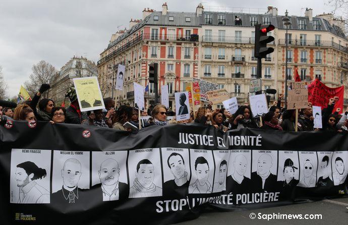 En tête de cortège de la Marche pour la justice et la dignité organisée à Paris dimanche 19 mars, les familles de victimes de violences policières étaient présentes pour dénoncer l'impunité.