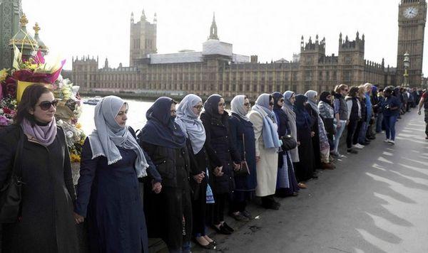 Des femmes ont formé une chaîne humaine dimanche 26 mars sur le pont de Westminster où l'attaque avec la voiture a débuté. © Reuters