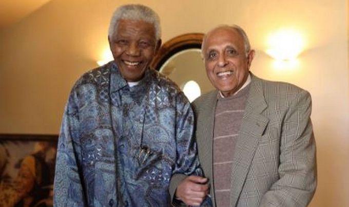 Ahmed Kathrada (à droite) aux côtés de Nelson Mandela, un de ses compagnons de lutte contre l'apartheid en 1990. © Ahmed Kathrada Foundation