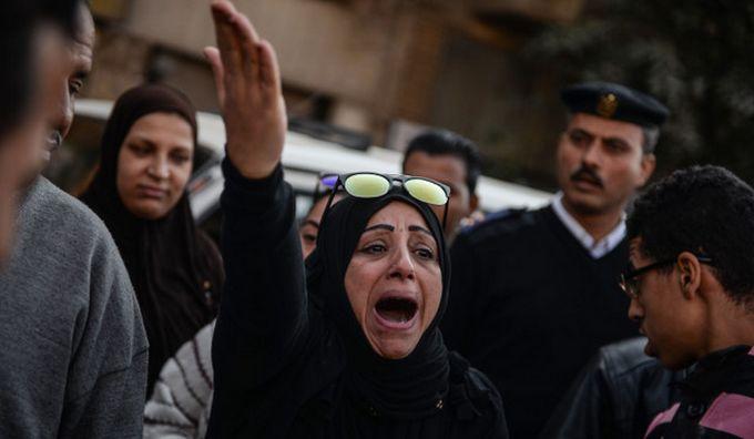 En décembre 2016, une femme égyptienne réagissant avec effroi devant une église du Caire frappée par un attentat en pleine messe. © CNS/EPA