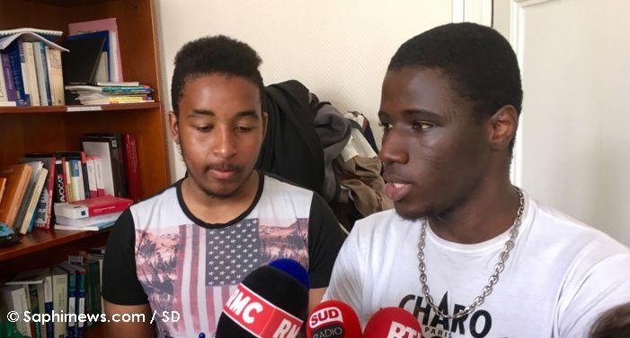 Deux des lycéens qui portent plainte contre l'Etat pour contrôles au faciès.