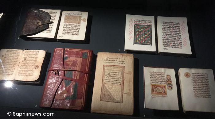 Corans à calligraphies originaires d'Afrique de l'Ouest. © Saphirnews.com / SD