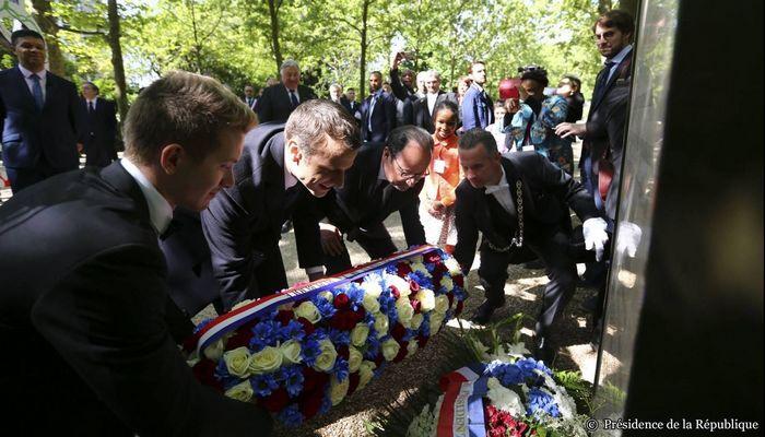 François Hollande et Emmanuel Macron à la commémoration de l'abolition de l'esclavage dans le jardin du Luxembourg. © Présidence de la République.