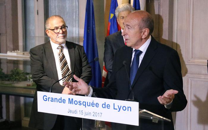 Jeudi 15 juin, Gérard Collomb, ministre de l'Intérieur, s'est rendu à la Grande Mosquée de Lyon. (photo pic.twitter.com/7NXG4V7zUt)