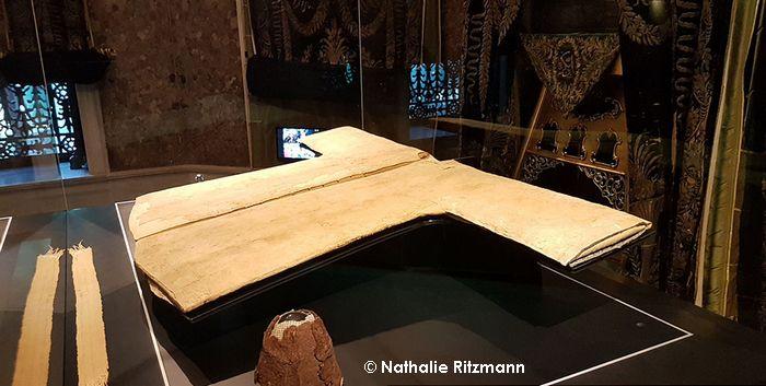 Une tunique ayant appartenu au Prophète Muhammad (Hirka i-sherif) est exposé quelques jours an pendant le mois du Ramadan, dans une mosquée d'Istanbul (Turquie).