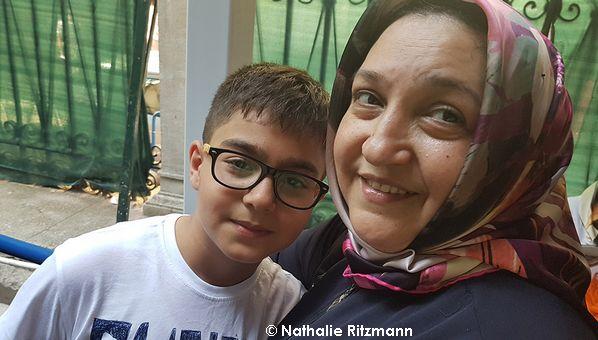 Çiğdem, 35 ans de pèlerinage à la mosquée Hırka-ı Şerif, et son fils Berkay.