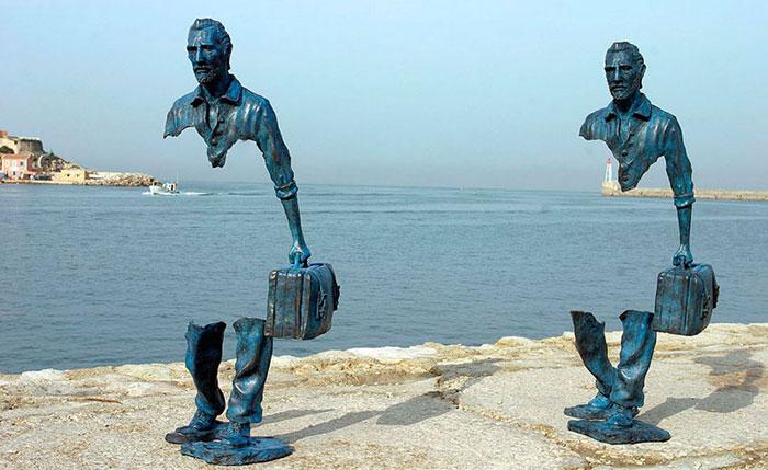 « Voyageurs », sculpture de l'artiste Bruno Catalano, exposée sur le front de mer à Marseille.