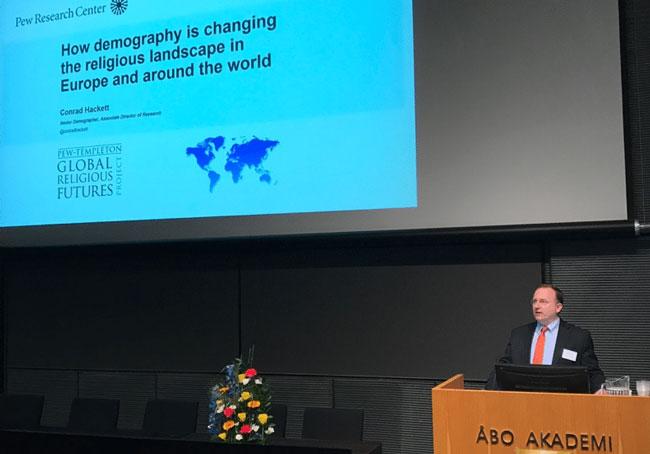 Lors du colloque à Turku, Conrad Hackett, directeur associé du Pew Research Center (PRC) a présenté les principaux résultats des recherches publiées ces dernières années par le PRC sur l'avenir des religions dans le monde. © Religioscope