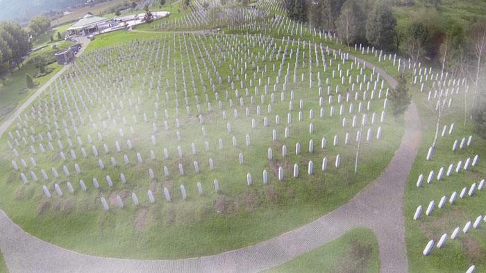 Le 11 juillet 1995, Srebrenica, pourtant protégée par l'ONU, tombe aux mains des armées serbes. En quelques jours, le plus grand massacre qu'ait connu l'Europe depuis la Seconde Guerre mondiale est perpétré dans cette région de Bosnie. Plus de 8 000 hommes seront massacrés et 30 000 autres, vieillards, femmes et enfants seront déportés. (photo tirée du film « Les Voix de Srebrenica », de Nedim Loncarevic, © 13 productions)