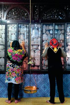 Juive et musulmane priant dans la synagogue de la Ghriba, à Djerba, en 2014. Photo de Manoël Pénicaud exposée dans le cadre de l'exposition « Lieux saints partagés », au Mucem en 2015 et au musée de l'Histoire de l'immigration en 2017.