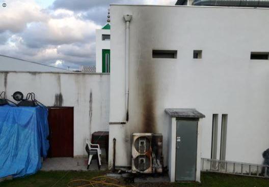 Deux engins incendiaires ont été lancés, dans la nuit du dimanche 6 août, contre la mosquée de Bayonne, dégradant ainsi le bâtiment. © Twitter/Bixente Vrignon