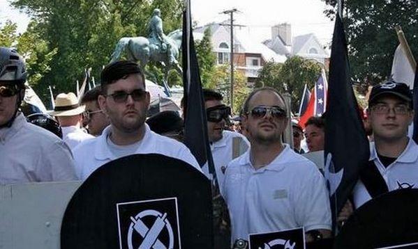 James Alex Fields (le 2e en partant de la gauche) a participé à la manifestation des suprématistes blancs à Charlottesville, afin de foncer dans la foule des contre-manifestants antiracistes. © Twitter / Oren Segal