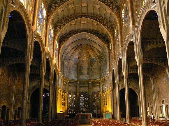 A Paris, l'église Saint-Christophe de Javel accueille depuis juillet une salle de prière musulmane pour des fidèles privés de lieu après un dégât des eaux.