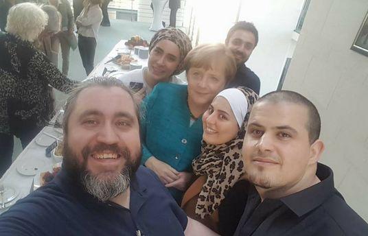 Malakeh Jazmati (au centre), avec d'autres cuisiniers syriens, à la rencontre d'Angela Merkel fin mai. © Malakeh Jazmati/Facebook