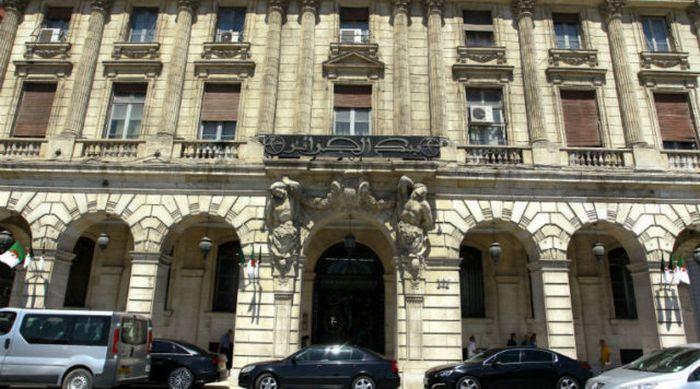 Dans le but de combler son déficit budgétaire, le gouvernement algérien souhaite, dans les prochains mois, faire évoluer rapidement le secteur de la finance islamique. © TSA