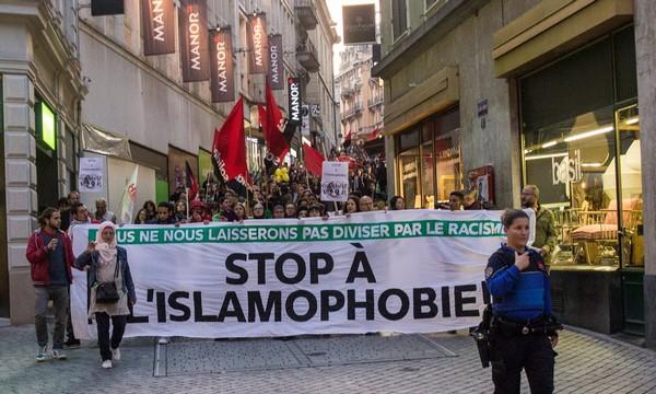 Plusieurs centaines de personnes ont manifesté à Lausanne, en Suisse, contre l'islamophobie mercredi 18 octobre après la profanation de tombes musulmanes dans le canton. © Amnesty/Unil
