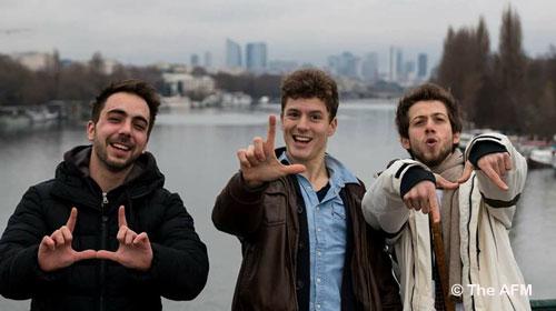 Haytham, poète-rappeur syrien, réfugié en France, Thibaut, chanteur d'opéra converti au beat-box et au rap anglais, et Romain, rappeur, se sont rencontrés chez Singa et ont fondé The AFM.