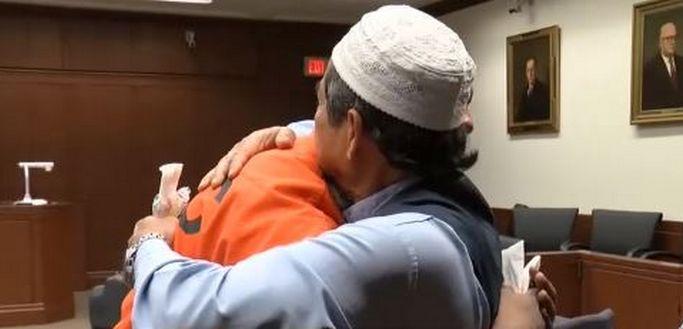 Face au meurtrier de son fils, Abdul-Munim Sombat Jitmoud a fait valoir à la cour qu'il pardonnait  Trey Alexander Relford pour son acte commis en 2015. Ce dernier a été condamné à 31 ans de prison. © WKYT