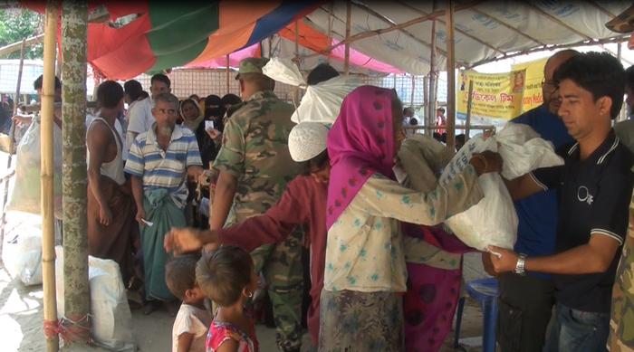 Depuis fin août, plus d'un million de Rohingyas ont quitté la Birmanie pour trouver refuge au Bangladesh qui fait face à une véritable crise humanitaire. A l'image, le SIF, en partenariat avec une ONG locale, organise des distributions de colis alimentaires à Teknaf. © SIF