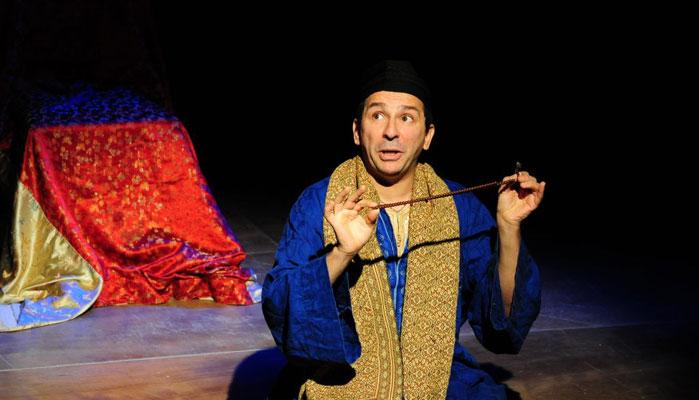 Le conteur Kamel Zouaoui interprète son personnage fétiche Nasredine Le Hodja. Connu pour ses facéties et son irrévérence, Nasredine (Nasr Eddin Hodja) est également appelé sous le nom de Shah, Goha, Joha ou encore Jeeha et aurait vécu au XIIIe siècle. (photo D. R.)
