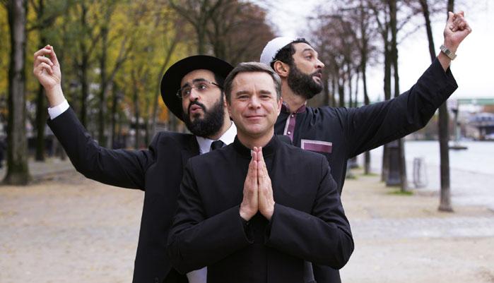 Dans « Coexister », la comédie de Fabrice Éboué sortie en salles en octobre 2017, les rôles principaux sont tenus par Jonathan Cohen, Guillaume de Tonquédec et Ramzy Bédia, qui incarnent respectivement un rabbin, un imam et un prêtre. (photo © Europacorp)