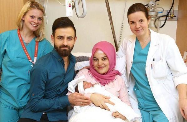 Asel Tamga ici entourée de ses parents et du personnel hospitalier, est le premier bébé né en 2018 en Autriche. © Association de l'hôpital de Vienne