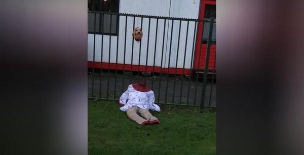 Une poupée décapitée et en sang a été retrouvée devant une mosquée d'Amsterdam, aux Pays-Bas. © AT5