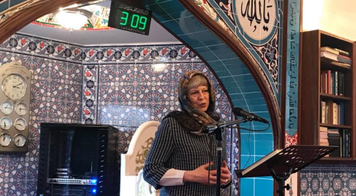 Theresa May s'est rendue, dimanche 18 février, à la mosquée de Maidenhead dans le cadre d'une journée portes ouvertes des mosquées organisée sous l'appellation Visit My Mosque par le MCB. © Simon Dudley / Twitter